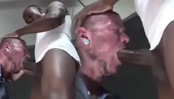 Maltratando a garganta do parceiro